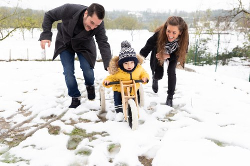 séance photo de famille dans la neige