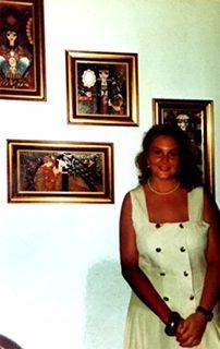 Moi à 18 ans, debout devant des peintures iraniennes.