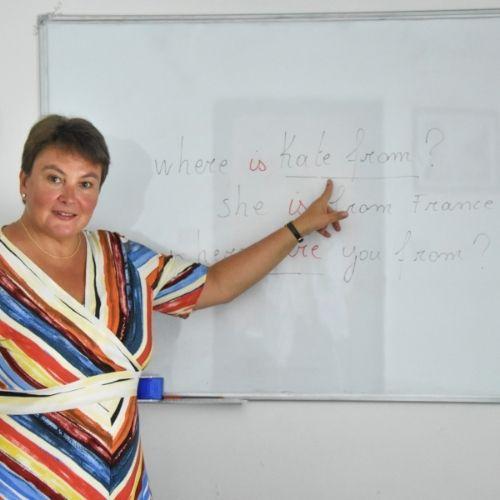 Lara Streel qui montre au tableau
