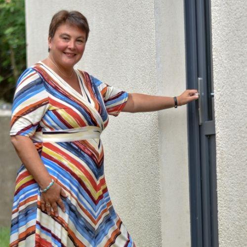 Lara Streel qui ouvre sa porte