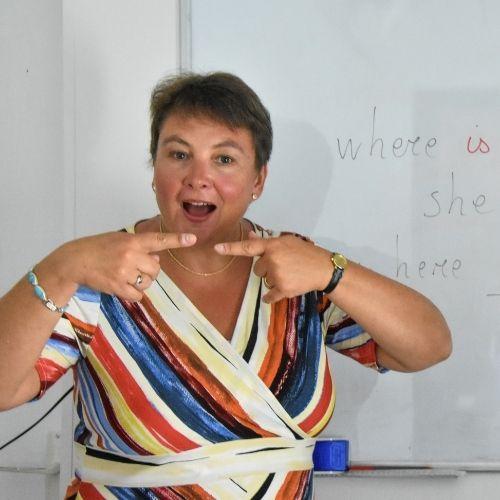 Lara Streel qui fait répéter à ses élèves