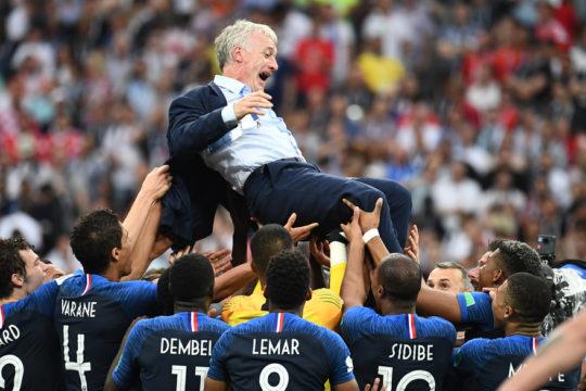 7794129774 didier deschamps porte en triomphe par les bleus le 15 juillet 2018 a moscou e1531746430350 - L'impact de la victoire des Bleus....