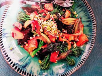 Germogli 6 piatti e insalate con una manciata di semi