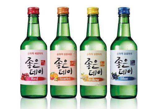 cuatro botellas de soju de diferentes sabores