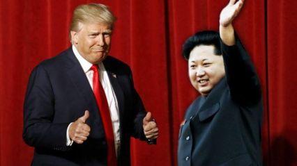Trump y Kim Jong-un saludando