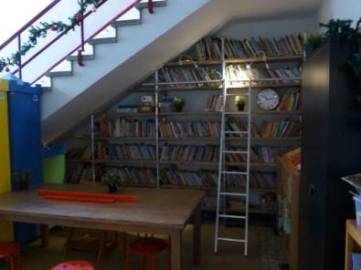 Biblioteca debajo de la escaler