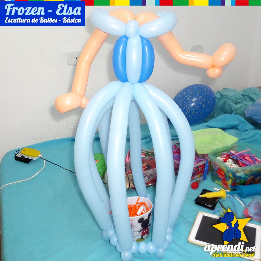 """Montagem da base do Vestido eu inflei4 balões 260 Azul Celeste encontrando os meios e conectandosuas extremidades em um outro balão 260 azul Celeste, sempre intercalando 3 bolinhas de 2 dedos de espaçamento entre as conexões. Para o corpo sua construção ficou em formato de um """"T"""" com os balões 260 Azul Celeste e o balão 260 Azul Marinho entra como um detalhe. Aproveite e já """"costurei"""" os braço utilizando um balão 260 bege."""