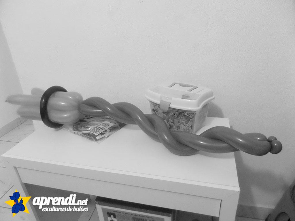 aprendinet-esculturas-de-baloes-halloween-vassoura