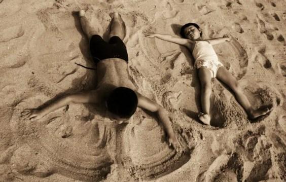 hacer el ángel en la arena