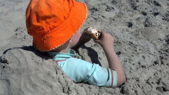 enterrarte en la arena