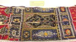 Sajadah > digunakan oleh Sultan Bima, yang merupakan produksi dari Baghdad (Iraq), digunakan sejak Sultan Ibrahim pada tahun 1888 M