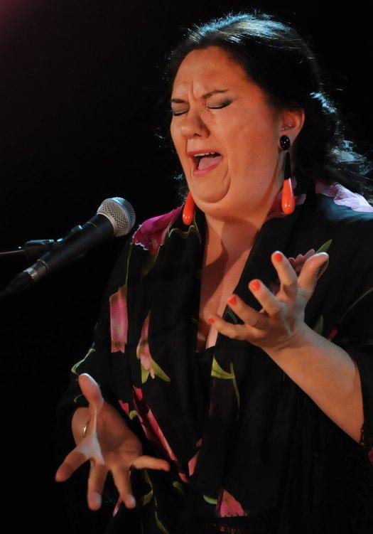 chanteuse de flamenco yeux fermés mains tendues