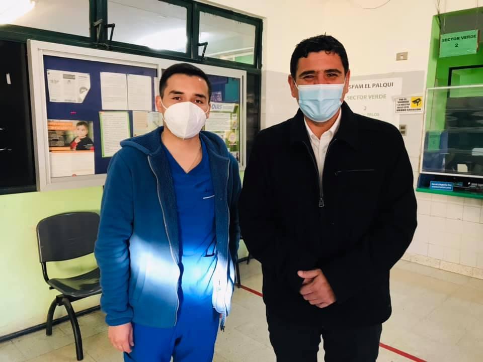Alcalde Cristián Herrera visita a Funcionario Daniel Gómez para reconocer su compromiso con sus pacientes