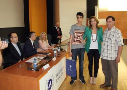 Entrega de premios por parte de la representación de la Delegación Territorial de Educación.