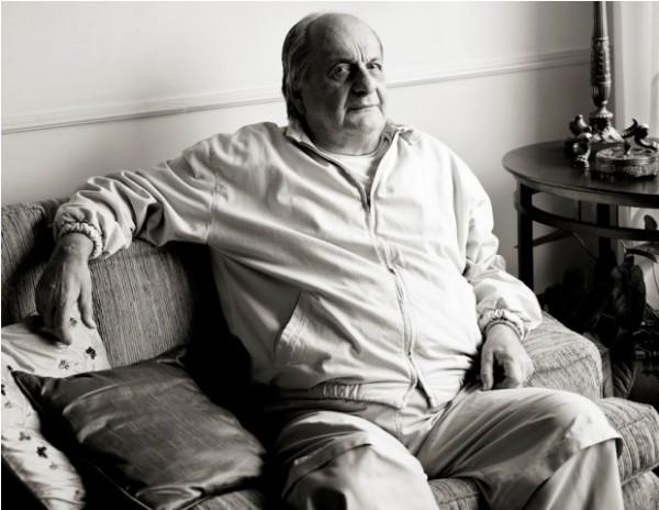 José Paulo Bonchristiano no sofá de seu apartamento no Brooklin, zona Sul de São Paulo (Foto: Julia Rodrigues)