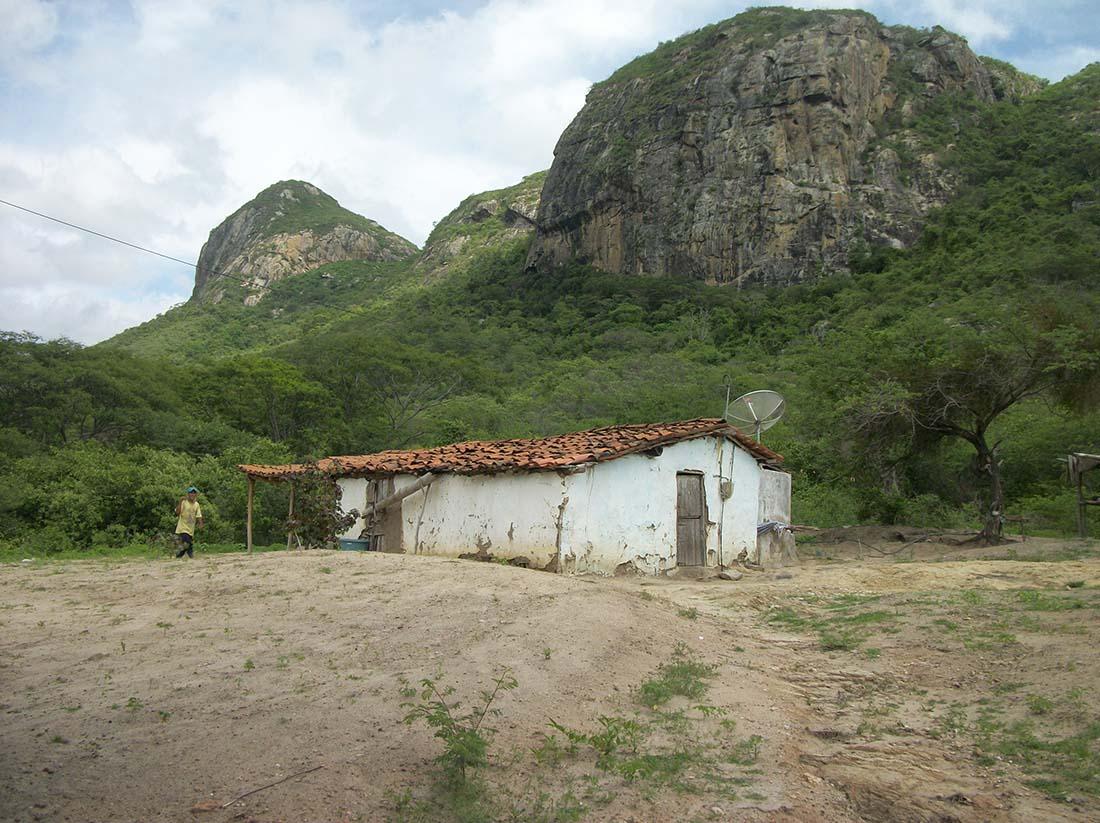 Casebre na base da serra de Cafundó e Escondido marca o início da caminhada até as comunidades, 680 metros de altitude acima