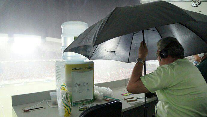 Sempre choveu na cabine do Machadão, um defeito que o Arena das Dunas não corrigiu