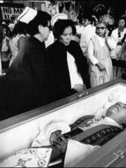 Fieis velam o sacerdote em San Salvador, 1980