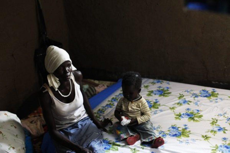 Aduma Omot e sua filha, Annacerjwok,em sua casa no campo de refugiados de Gorom Refugee Camp, Sudão do Sul. (Foto: Andreea Campeanu / International Consortium of Investigative Journalists)