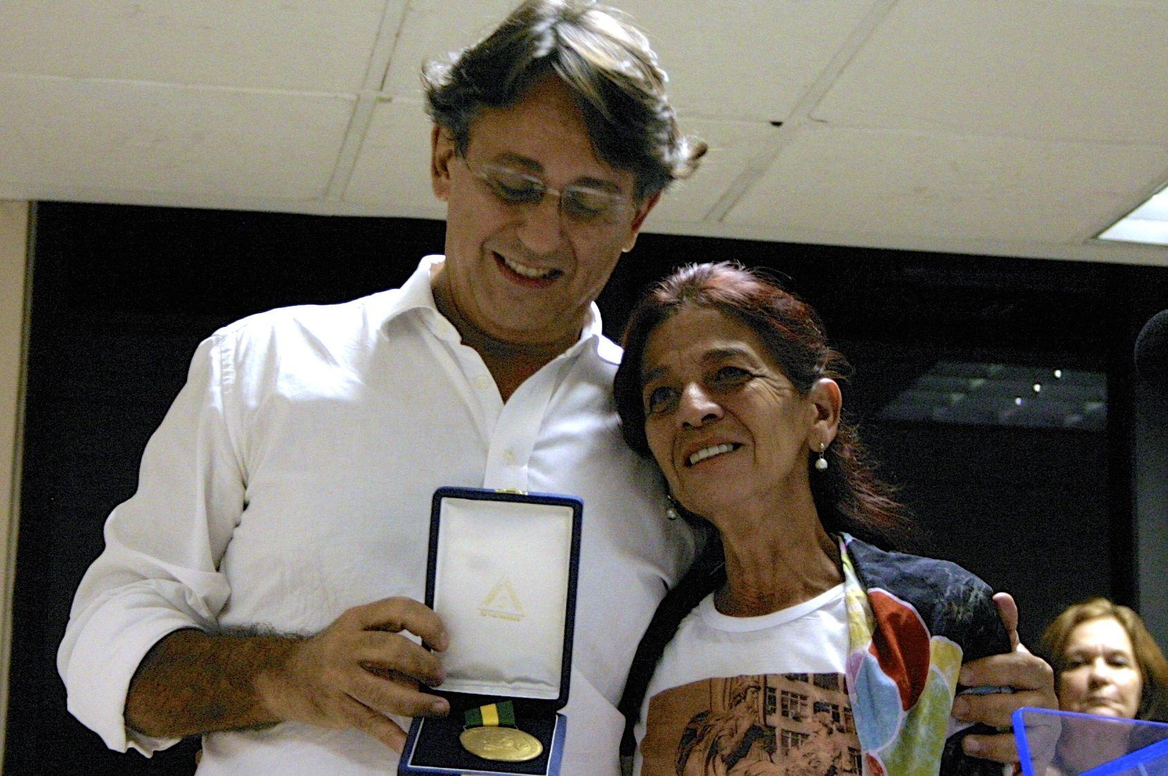 Jandira Mendes, mãe de Igor, recebe a Medalha Chico Mendes de Resistência ao lado de José Pimenta, do MEPR. Foto: Anne Vigna