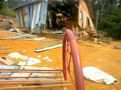 Durante um despejo realizado em 2012, um dos proprietários ligados às famílias do Paraná destruiu a casa dos moradores (Foto: Arquivo CPT)