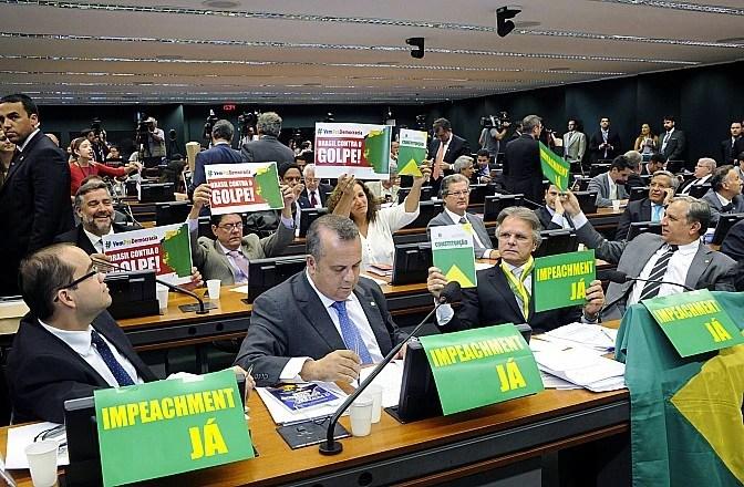 Parlamentares exibem cartazes contra e a favor do impeachment em sessão da comissão especial na Câmara