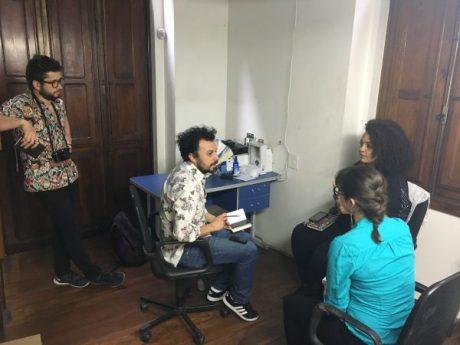 Os bolsistas chilenos Jorge Rojas e Alejandro Olivares entrevistam Monique Cruz, pesquisadora da Justiça Global sobre violência policial no Brasil
