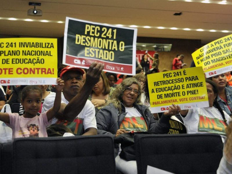 Manifestantes protestam contra a PEC 241 em seminário na Câmara
