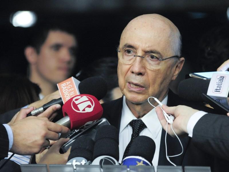 O ministro da Fazenda, Henrique Meirelles, concede entrevista no Senado