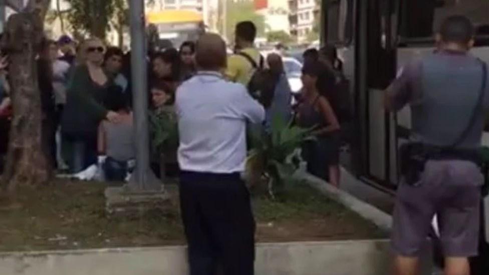 Vítima de violência sexual dentro de ônibus na av. Paulista é amparada por mulheres ao descer do coletivo