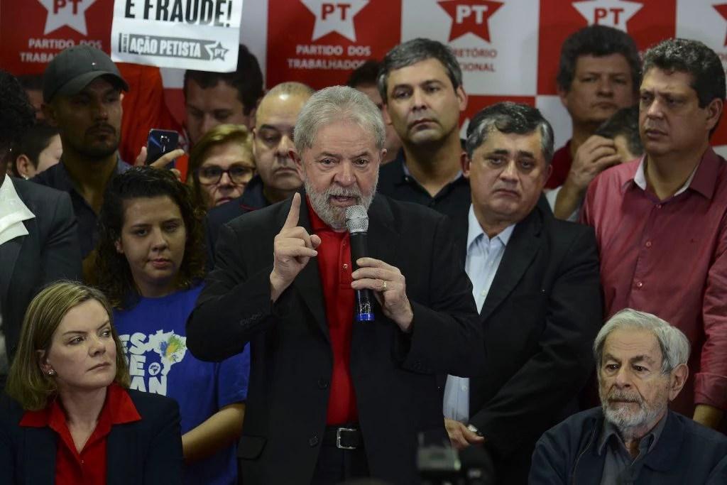 Lula fala à imprensa sobre sua condenação, em julho de 2017: cumprimento da pena pode impedi-lo de disputar a Presidência