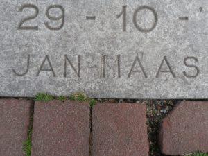 Detail van de plaquette met de aanvankelijk fout gegraveerde achternaam van de beeldhouwer (eigen foto).