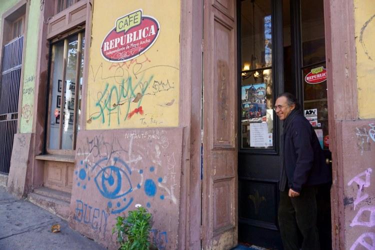 Alejandro Rodríguez saliendo del Café República Independiente de Playa Ancha