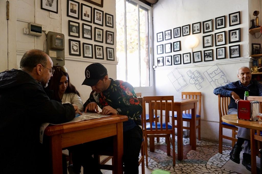 Luis Bastías les muestra un plano de Valparaíso a una pareja de turistas mexicanos