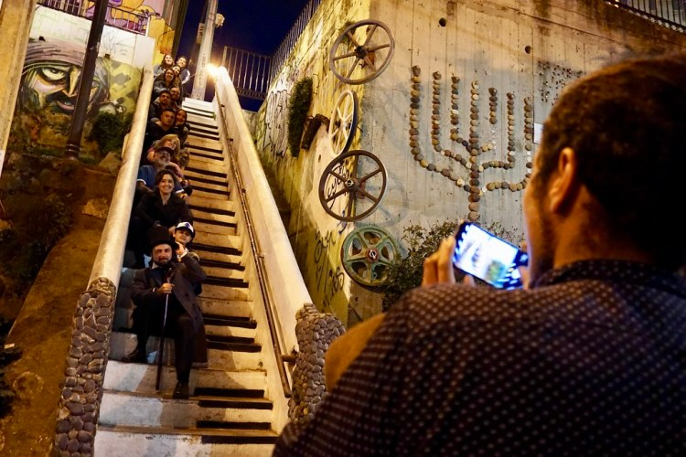 Leyenda Tours en la Escalera de Piano, pintada por Chinoatonal en calle Beethoven, Cerro Concepción.