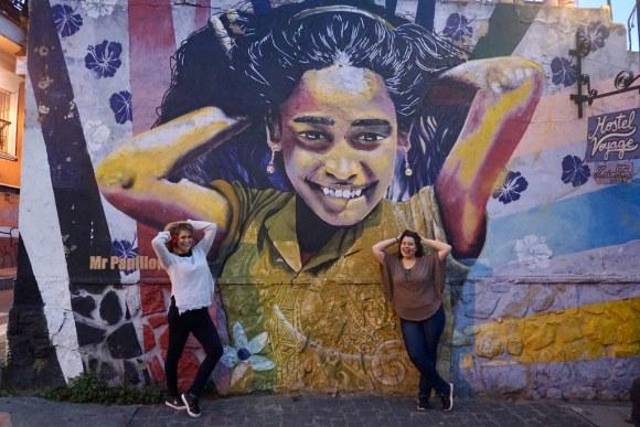 Fernanda Picón y María Jesús Pérez en Hostel Voyage, cerro Alegre.