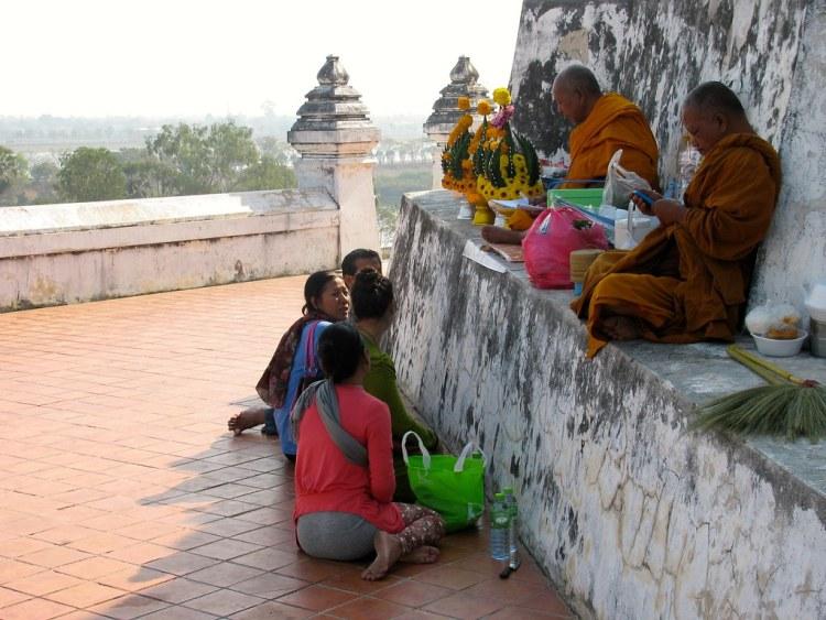 Monjes y fieles en Wat Phu Khao Thong