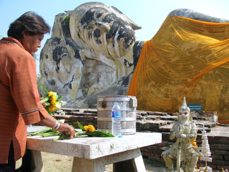 Mujer en Wat Lokaya Sutha