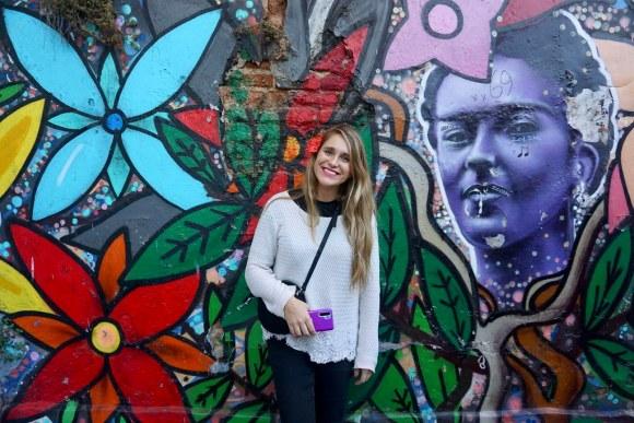 Fernanda Picón en el mural de Frida Kahlo, pintado por Kfox + Lewis & Ale en el Pasaje Gálvez.