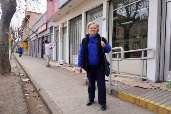 Eda Schiappacasse Canessa en el exterior del Banco Estado de Playa Ancha, donde antes funcionara el Almacén San Pablo.