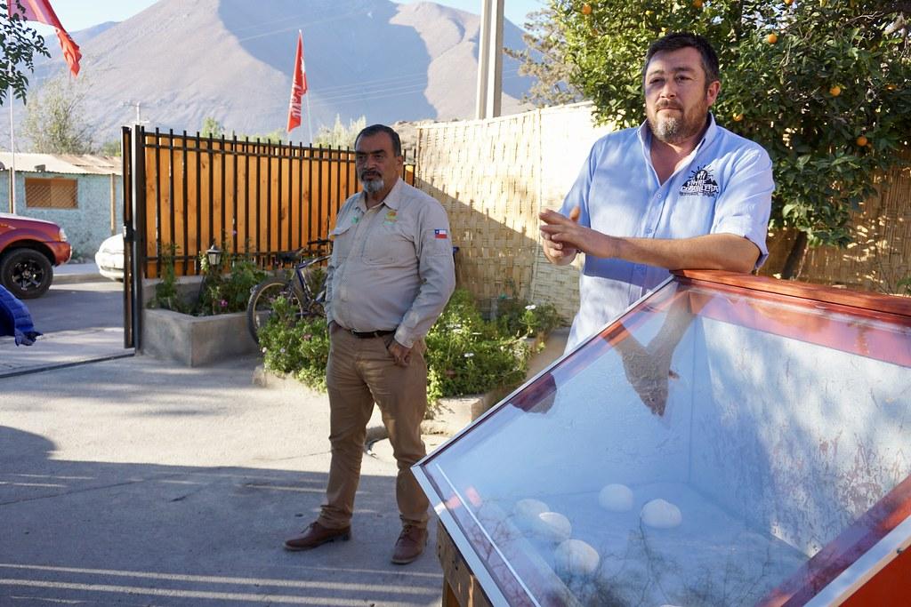 Pan amasado cociéndose dentro de un horno solar en el Restaurante Entre Cordillera