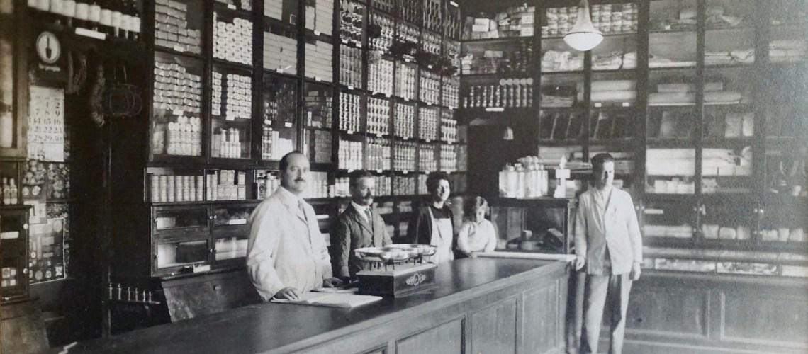 Almacén San Pablo. De izquierda a derecha: Tío Pablo Canepa Castañeto, abuelo Schiappaccase Castañeto, tía Luisa Canepa Castañeto, primo y padre Julio Schiappaccase.