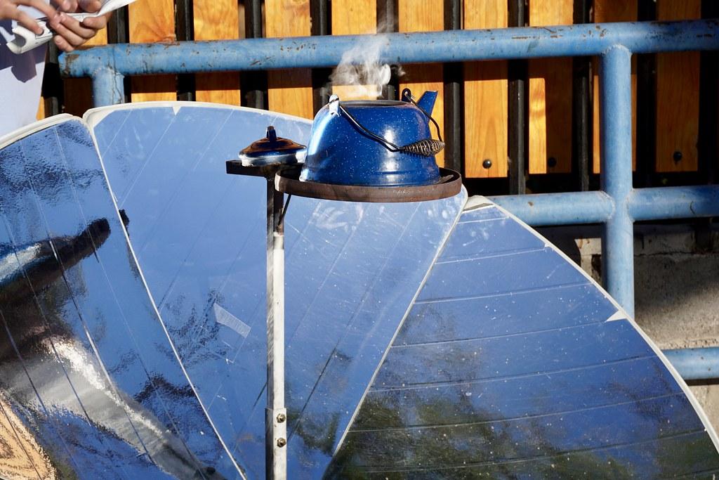 Tetera hirviendo con energía solar en Restaurante Entre Cordillera