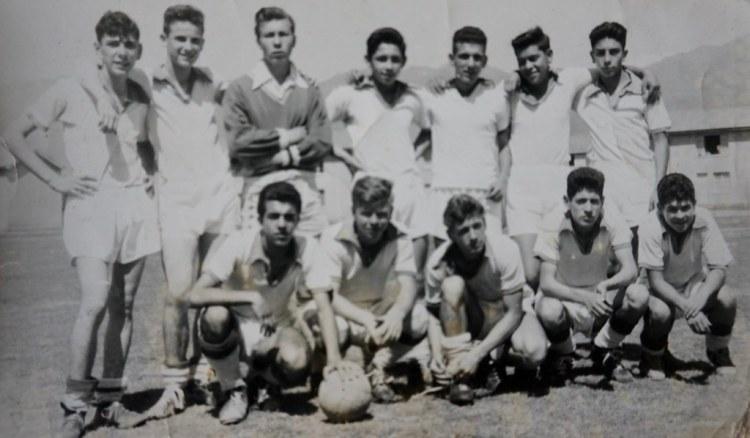 Cirilo Tuesta junto a su equipo de fútbol