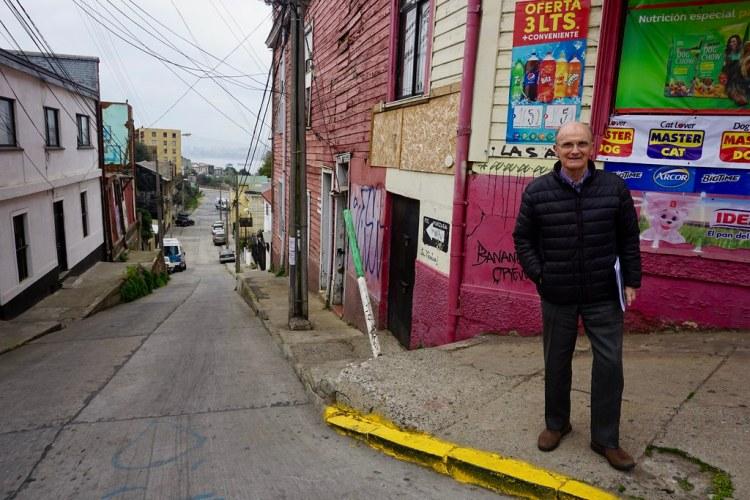 Cirilo Tuesta recorriendo el barrio de su infancia