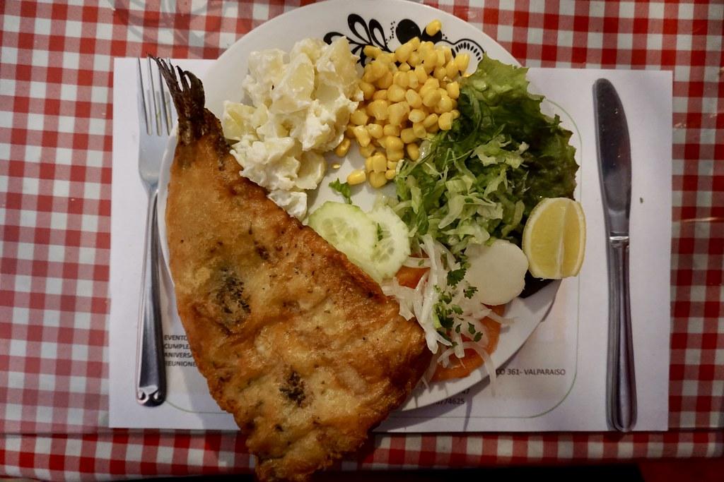 Merluza frita, papas mayo y ensaladas en Restaurante Doris