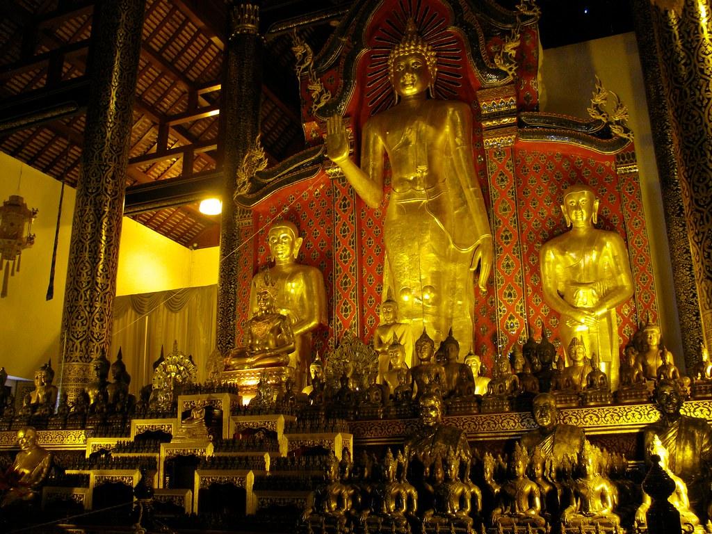 Interior del templo en Wat Chedi Luang