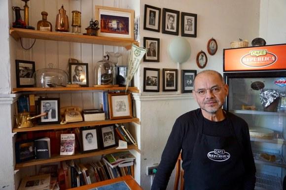 Luis Bastías, dueño del Café República