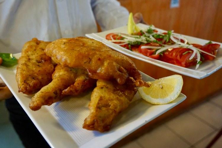 Pescado frito con ensalada a la chilena