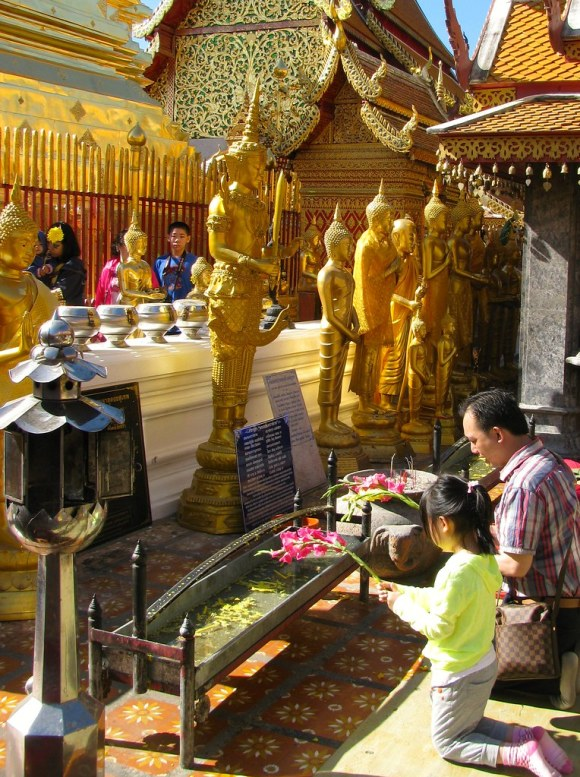 Oraciones en Wat Phra That Doi Suthep, Chiang Mai